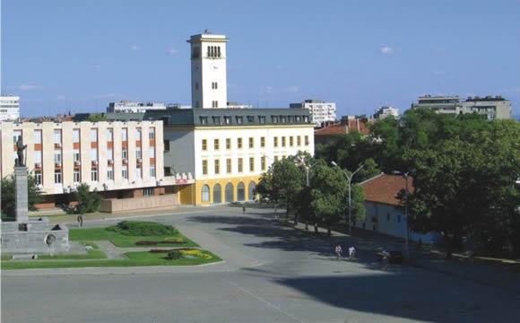 Поглед към Площада, Съдебната палата, Общината и Часовника
