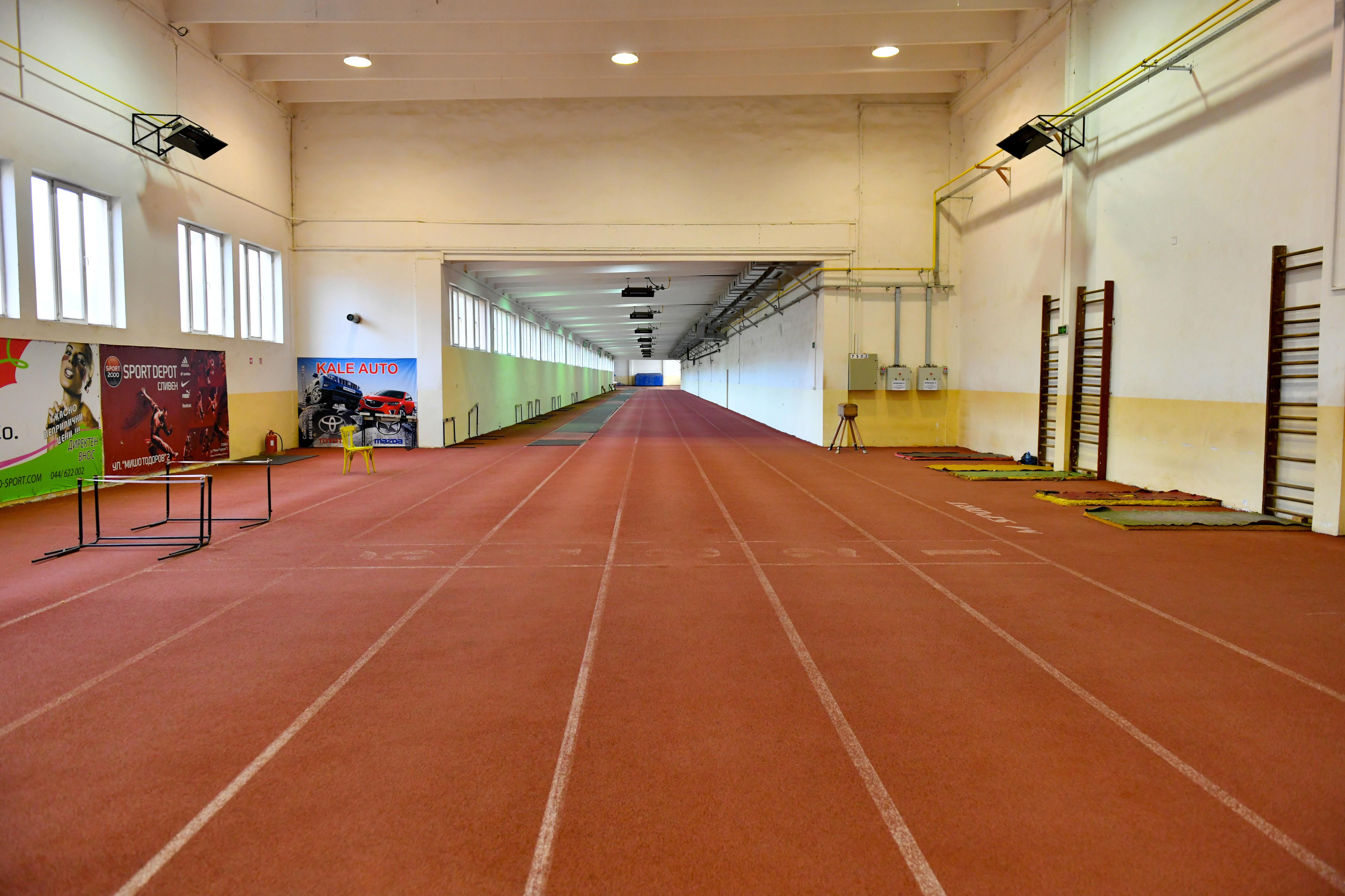 Покрита лекоатлетическа писта